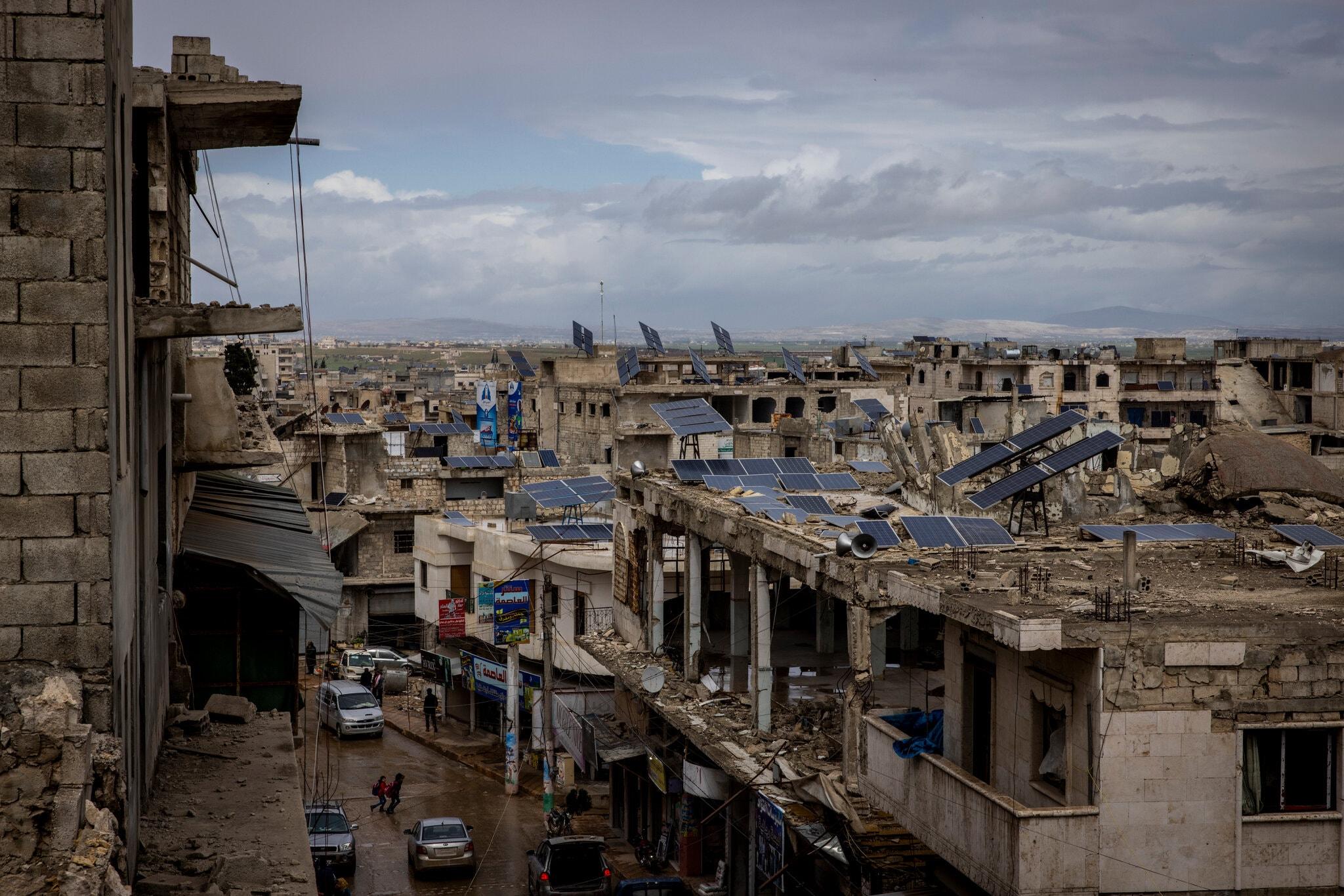 الطاقة الشمسية في إدلب - ألواح طاقة شمسية على أسطح المباني في سوريا