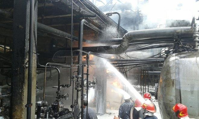 محاولات لتبريد مكان الحريق الذي شب في مصفاة نفط سوريا (وكالة الأنباء السورية)