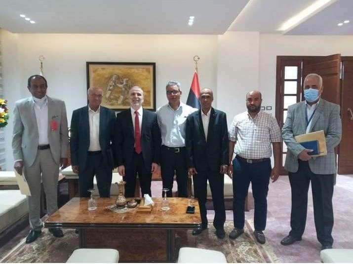 رئيس مؤسسة النفط الليبية يتوسط رؤساء البلديات الخمس