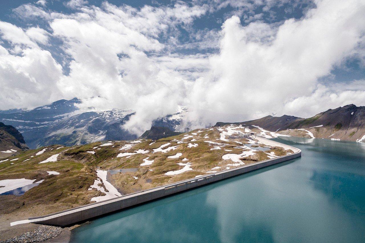سد موتسي في جبال الألب في سويسرا