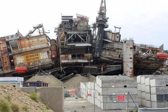 """حطام منصة """"نينيان نورثرن"""" في ميناء ليرويك"""