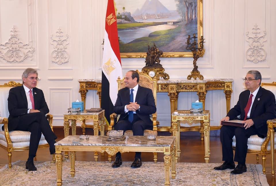 لقاء سابق بين الرئيس المصري عبدالفتاح السيسي ووزير الكهرباء ورئيس سيمنس - أرشيفية