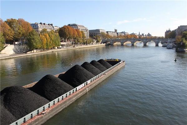تجارة الفحم - مركب تحمل الفحم للتصدير