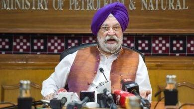 Photo of وزير النفط الهندي يحمل الولايات مسؤولية ارتفاع أسعار البنزين