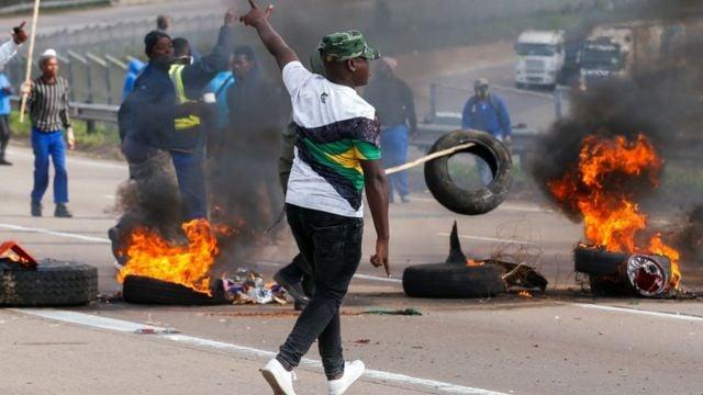 جانب من أعمال الشغب في جنوب أفريقيا