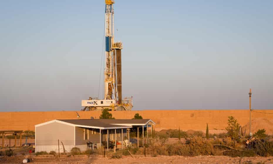 شركات النفط - منصة تنقيب عن النفط بالقرب من منزل في مقاطعة إيدي بولاية نيو مكسيكو الأميركية