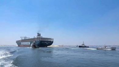 Photo of محاطة بقاطرتين.. إيفر غيفن تعبر قناة السويس مرة أخرى