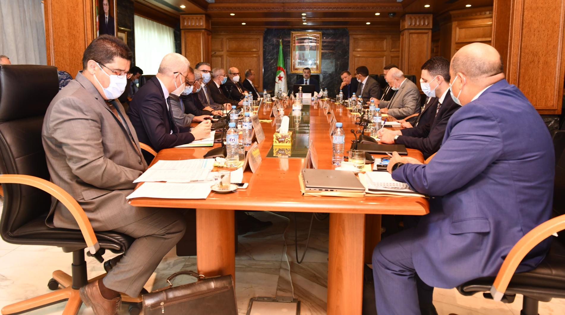 خطط لدعم قطاعي الغاز والطاقة الشمسية في الجزائر