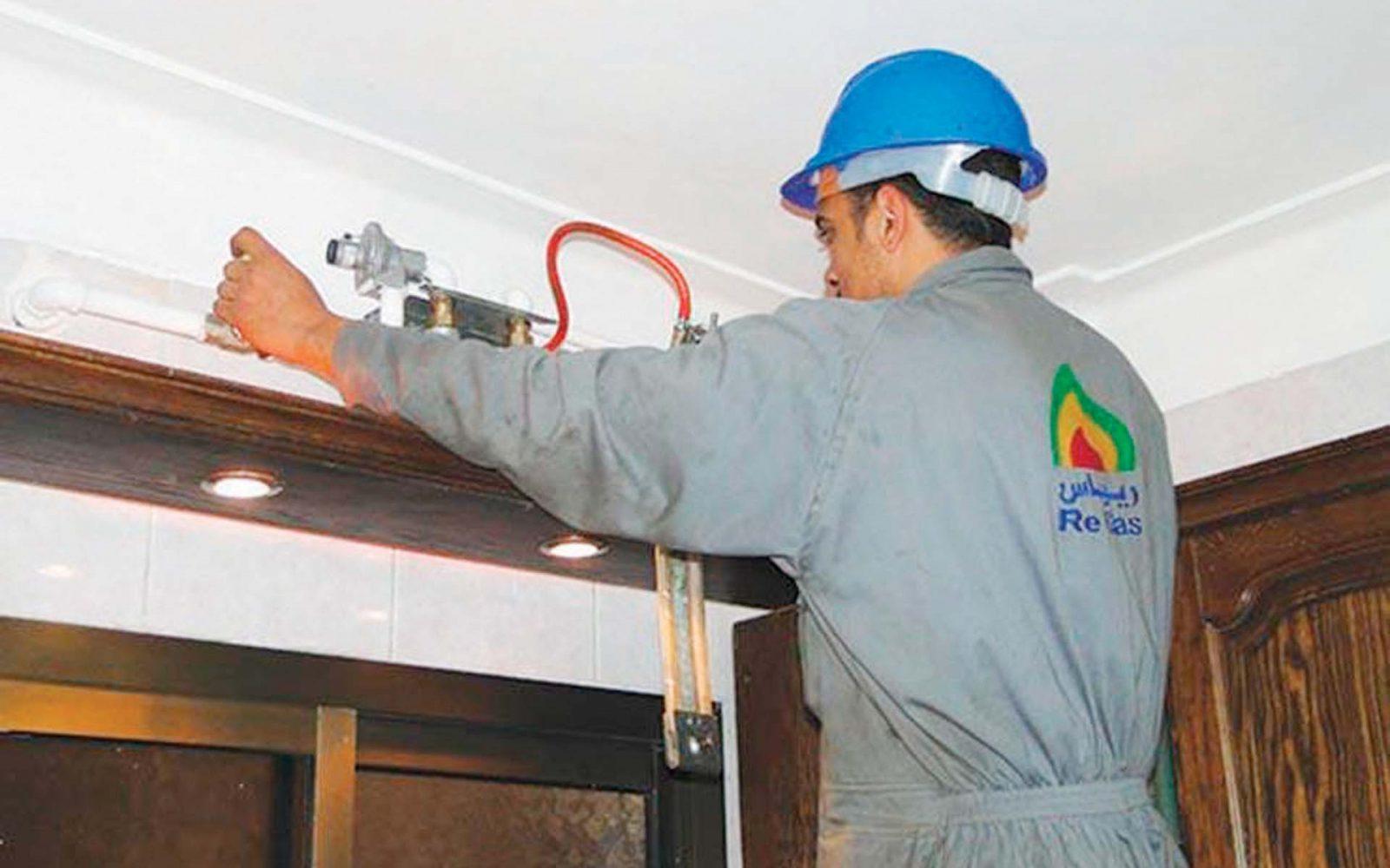 عامل يقوم بتوصيل الغاز في أحد المنازل المصرية