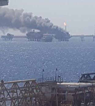 جانب من حريق منصة النفط التابعة لشركة بيمكس