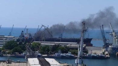 Photo of غموض حول حريق في سفينة بمرفأ اللاذقية السوري