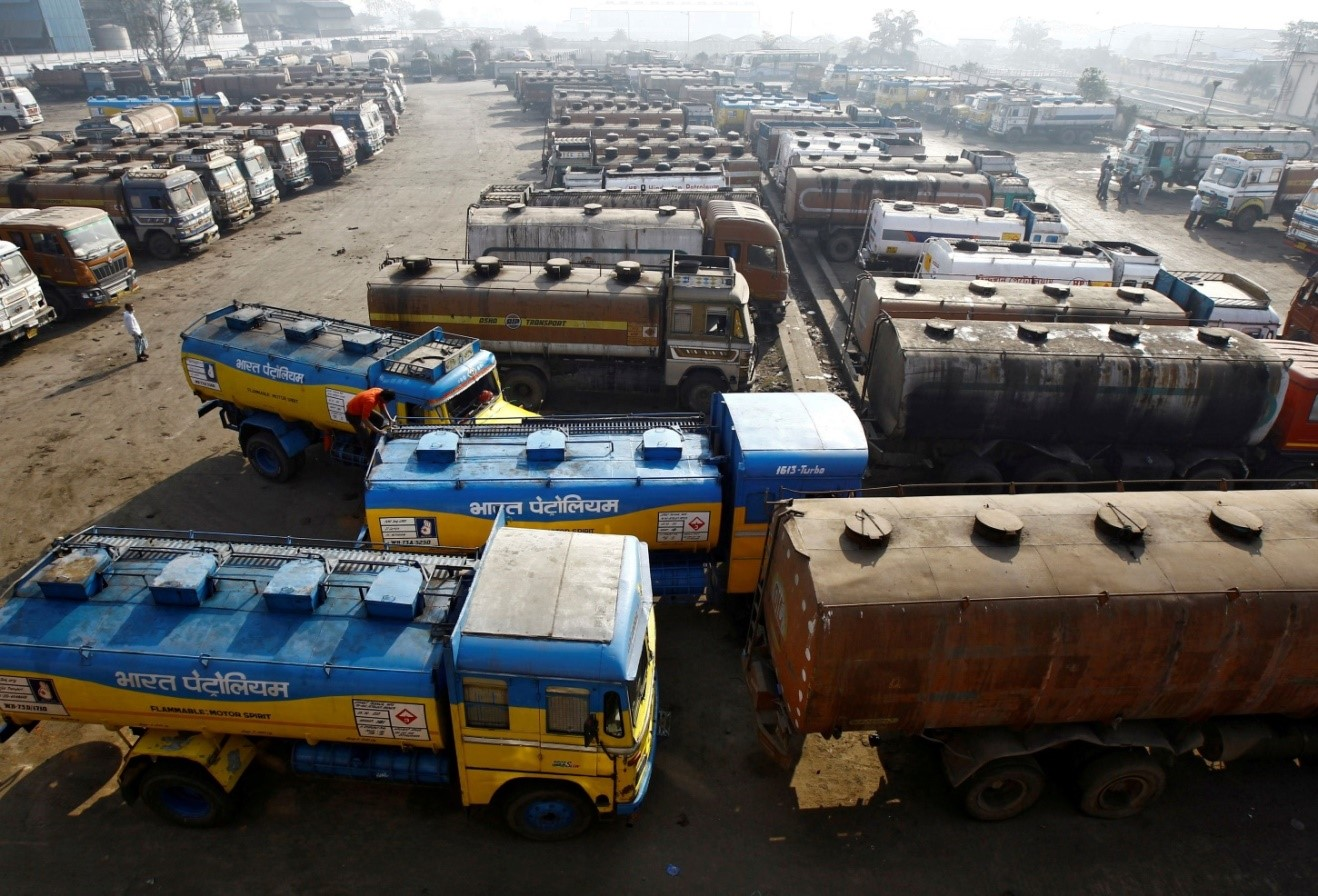صهاريج الوقود في ضواحي مدينة كولكاتا الهندية
