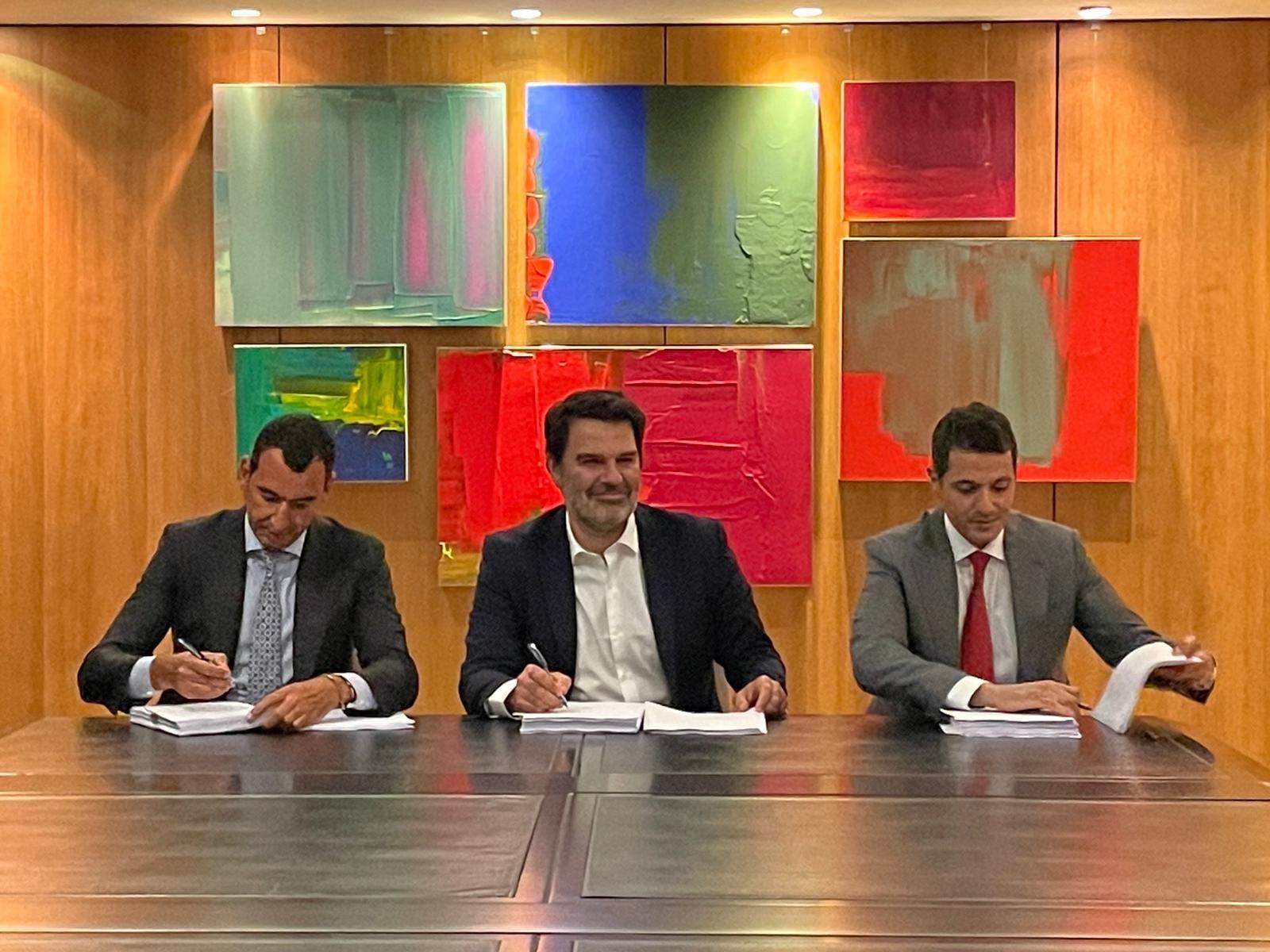 مسؤولو الشركتين، فورتكس إنرجي وإيغنيس أثناء توقيع العقد