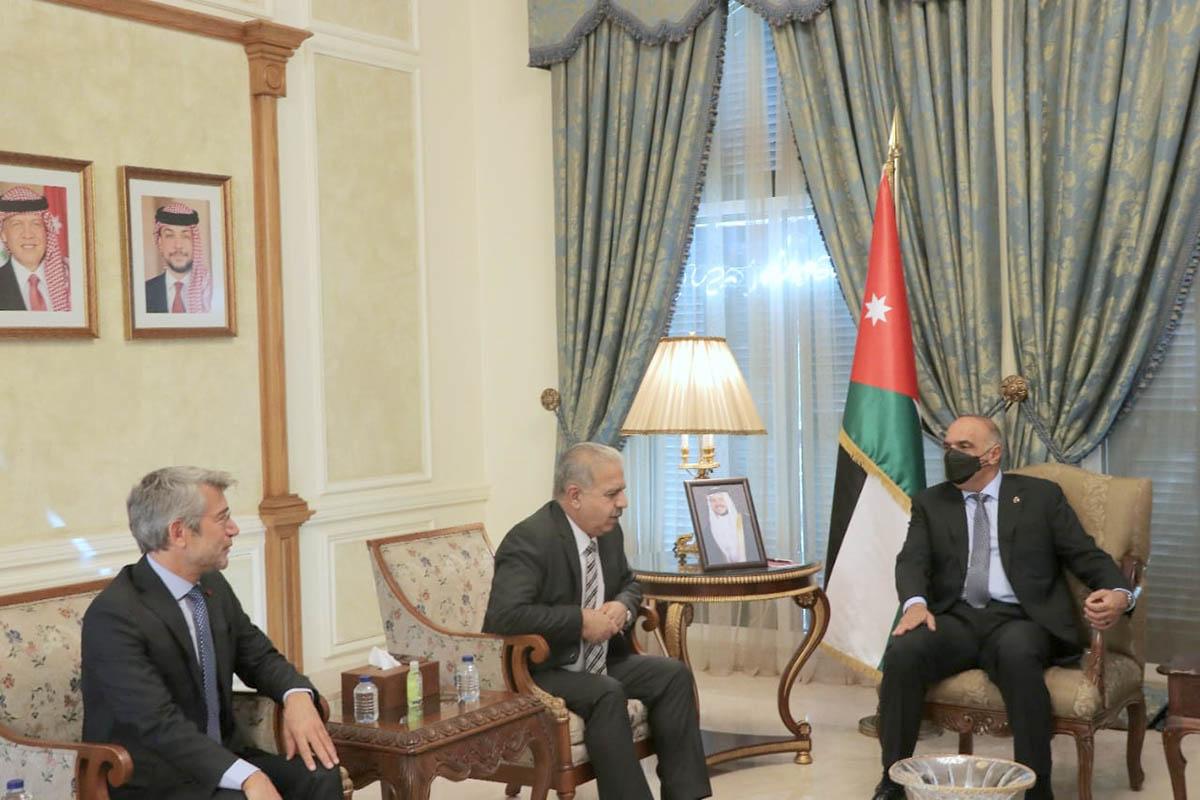 رئيس الوزراء الأردني خلال استقباله وزير الكهرباء السوري ووزير الطاقة اللبناني